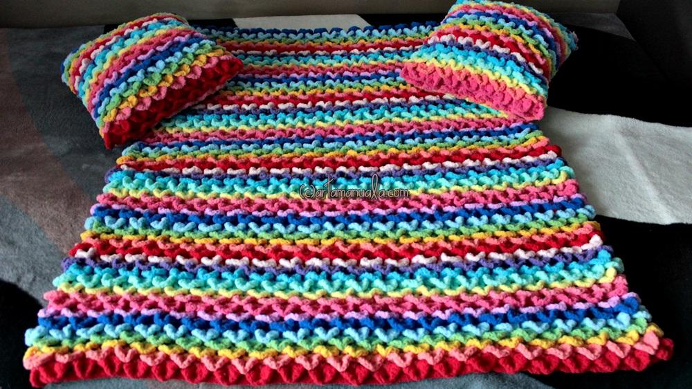 Patura multicolora crosetata cu tehnica solzi de crocodil pentru bebelusi de artamanuala
